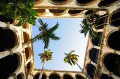 Interiore coloniale della costruzione a vecchia Avana Immagine Stock