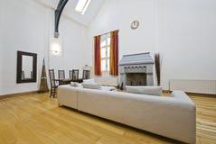 Interiore con il soffitto di doppia altezza fotografia stock libera da diritti