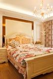 Interiore costoso di lusso della camera da letto Fotografie Stock Libere da Diritti