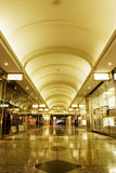 Interiore del centro commerciale fotografia stock libera da diritti