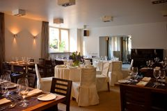 Interiore del ristorante con le tabelle servite Fotografia Stock
