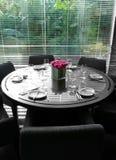 Interiore del ristorante, tabella, con la vista del giardino Fotografia Stock