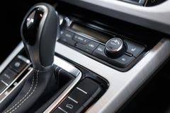 Interiore dell'automobile Cruscotto illuminato automobile moderna Mazzo lussuoso dello strumento dell'automobile Chiuda sul colpo immagini stock