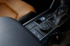 Interiore dell'automobile Cruscotto illuminato automobile moderna Mazzo lussuoso dello strumento dell'automobile immagine stock libera da diritti