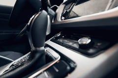 Interiore dell'automobile Cruscotto illuminato automobile moderna Mazzo lussuoso dello strumento dell'automobile Colpo alto vicin immagine stock libera da diritti