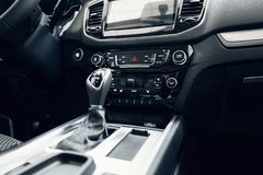 Interiore dell'automobile Cruscotto illuminato automobile moderna Mazzo lussuoso dello strumento dell'automobile Colpo alto vicin fotografia stock libera da diritti