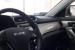 Interiore dell'automobile Cruscotto illuminato automobile moderna Mazzo lussuoso dello strumento dell'automobile fotografia stock libera da diritti