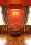 Interiore dell'oggetto d'antiquariato con la poltrona Immagini Stock