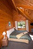 Interiore della camera da letto di legno del doppio della casetta della montagna Immagine Stock