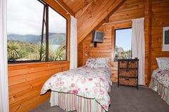 Interiore della camera da letto di legno della casetta della montagna Immagine Stock Libera da Diritti