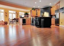 Interiore della casa con il pavimento di legno Fotografie Stock