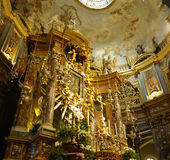 Interiore della chiesa cattolica fotografia stock