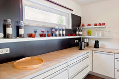 Interiore della cucina moderna della casa Immagini Stock