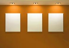 Interiore della galleria con i blocchi per grafici vuoti sulla parete arancione Fotografia Stock Libera da Diritti