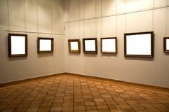 Interiore della galleria con il blocco per grafici vuoto sulla parete Fotografia Stock Libera da Diritti
