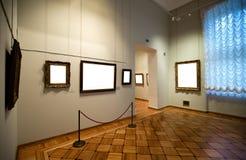 Interiore della galleria con il blocco per grafici vuoto sulla parete Fotografia Stock