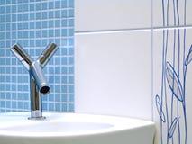 Interiore della stanza da bagno - bacino e rubinetto fotografia stock libera da diritti