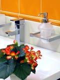 Interiore della stanza da bagno - bacino e rubinetto immagini stock