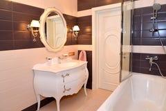 Interiore della stanza da bagno Classici moderni con gli elementi di rococò Immagini Stock