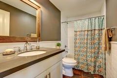 Interiore della stanza da bagno Pareti grige con la disposizione bianca della parete delle mattonelle Fotografia Stock Libera da Diritti