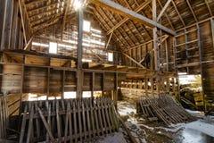 Interiore di legno del granaio fotografia stock