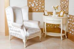 Interiore di lusso La poltrona bianca lussuosa, oggetto d'antiquariato ha scolpito la mobilia, dettaglio interno della stanza cla Immagine Stock Libera da Diritti