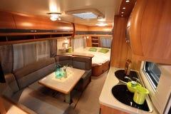 Interiore di un furgone di campeggiatore moderno Immagine Stock