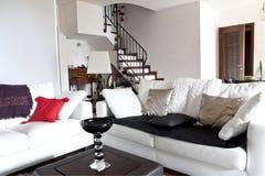Interiore di un sofà bianco del granaio moderno, scale Immagine Stock