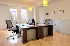 Interiore di un ufficio con le presidenze Fotografia Stock Libera da Diritti