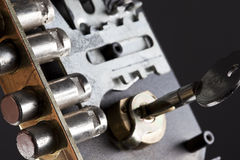 Interiore di una serratura con un tasto Fotografia Stock Libera da Diritti