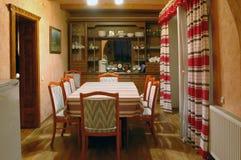 Interiore di una stanza con le presidenze per mangiare Immagini Stock Libere da Diritti
