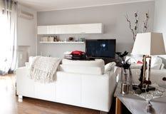 Interiore di una stanza moderna, di una tabella di vetro e di una TV Fotografia Stock Libera da Diritti