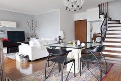 Interiore di una tabella di vetro, dell'appartamento e di una scala Immagine Stock Libera da Diritti