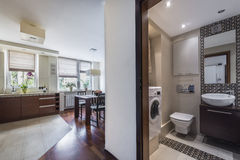 Interiore domestico moderno con la cucina e il bathrom fotografia stock libera da diritti