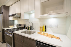 Interiore luminoso moderno della cucina Fotografie Stock