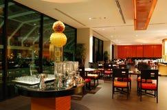 Interiore moderno del ristorante nell'illuminazione di notte immagine stock libera da diritti