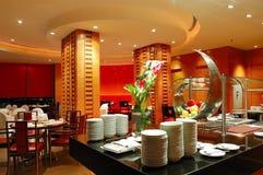 Interiore moderno del ristorante nell'illuminazione di notte fotografie stock libere da diritti