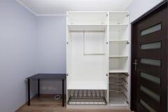 Interiore moderno dell'appartamento con il guardaroba epty Fotografia Stock