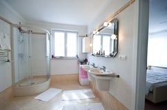 Interiore moderno della stanza da bagno fotografia stock libera da diritti