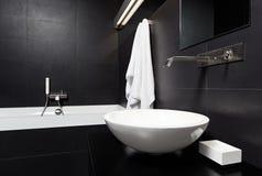 Interiore moderno della stanza da bagno di stile di minimalism nel nero Immagine Stock