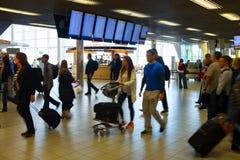 Interiore occupato dell'aeroporto Fotografie Stock Libere da Diritti