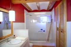 Interiore piacevole dell'indicatore luminoso naturale della stanza da bagno della parete rossa Fotografia Stock