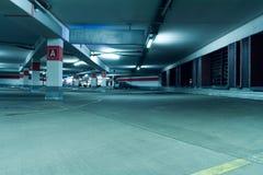 Interiore sotterraneo del garage di parcheggio Fotografia Stock Libera da Diritti