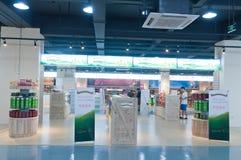 Interioren av en tullfri vara shoppar Arkivfoton