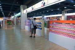 Interioren av en tullfri vara shoppar Fotografering för Bildbyråer