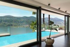 Interiores, casa con la piscina imagen de archivo libre de regalías