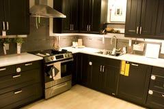 Interiores caseros modernos de la cocina imagen de archivo