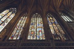 Interiores da catedral de Lichfield - senhora Chapel Stained Glass Sou fotografia de stock