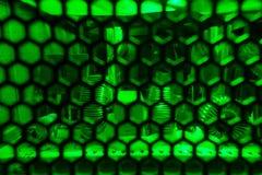 Interiores da unidade da fonte de alimentação do computador iluminada na luz verde foto de stock