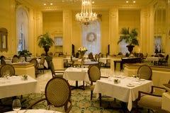 Interiores de lujo del restaurante foto de archivo